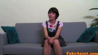 fakeagent nettes Mädchen nimmt erstmals Gesichts-