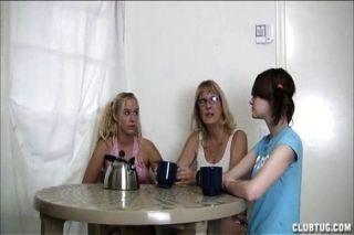 blonde teen saugt in der Küche einen Schwanz