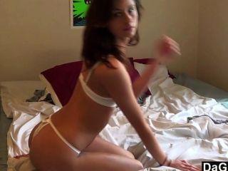 heiße Mädchen von nebenan Cums auf ihrem Spielzeug