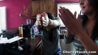 Charley Chase bekommt ein wenig anal Hilfe