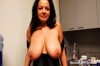 Naughty Milf in der Küche