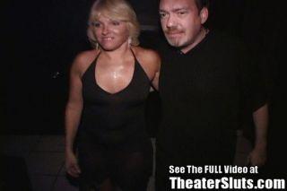 MILF Gangbang in einem Pornokino