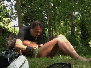 sexy Brünette im Wald verloren und gefickt