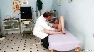 busty Babe Gyno Prüfung durch schmutzige ältere Arzt