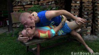 geile Twinks küssen und saugen