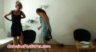 geile Hausfrau Fäuste ihre Muschi