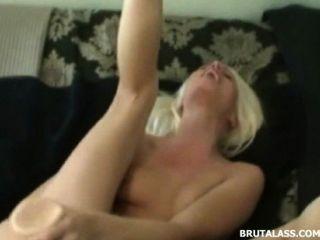 blonde zerstört ihre Muschi und Arsch mit Dildos