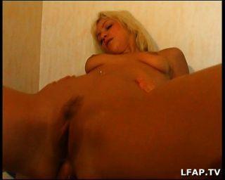 Französisch blonde Mädchen bekommt auf dem Bett Analsex