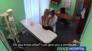 fakehospital Arzt sinkt seinen Schwanz in blond