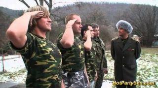 Militär Küken wird Soldaten cum