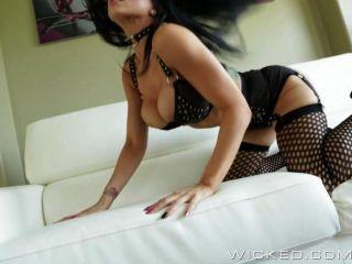 Romi regen zeigt ihre neuen Fetisch-Outfit aus