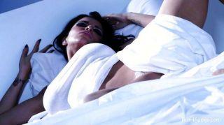 Solo-Spaß auf dem Bett mit Romi regen
