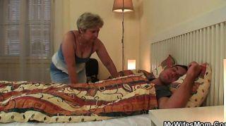 scandalized Tochter findet ihre alte Mutter Reiten
