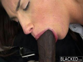 geschwärzt realen Modell mit perfekten Titten liebt schwarzen Schwanz