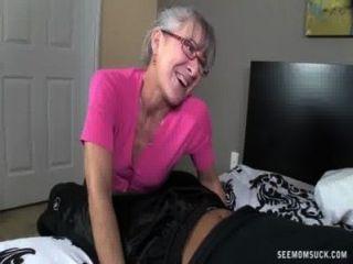 geile Oma saugt einen jungen Schwanz