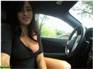 sexy Mädchen masturbieren und Blitz auf Cam in ihrem Auto