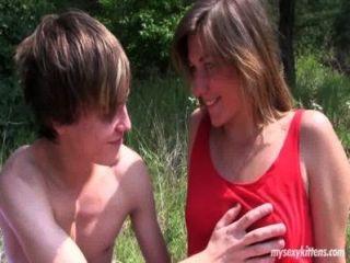 schüchterne Teenager bella wird im Wald gefickt