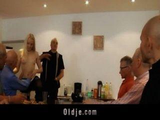 sieben grandpas gang bangs teeny blonde auf einer Sitzung