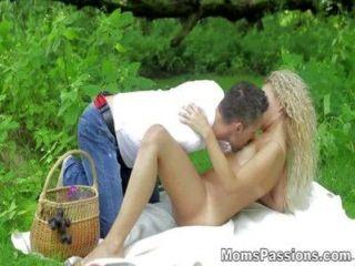 Mütter Leidenschaften - romantische Fick auf einer Picknickdecke