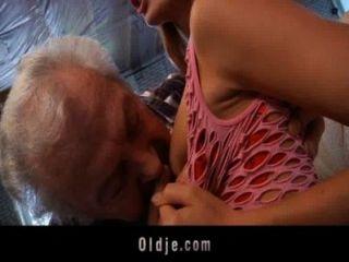 Opa glücklich, eine sexy junge Rothaarige Babe ficken