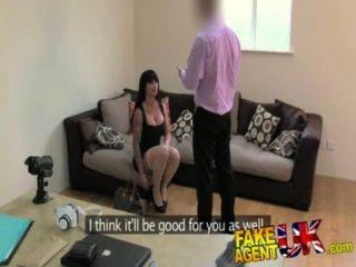 fakeagentuk enge Muschi pornstar verursacht Agent Probleme in gefälschte Casting