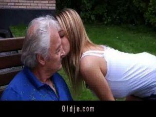 Oldman genießt einige verdammt Entschuldigungen vor bösen bernice