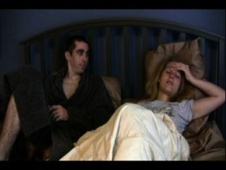 Schwester Catherine und Bruder Anthony teilen ein Bett