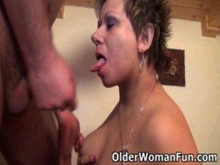 Mama wird Ihre Bälle mit ihrem kurvigen Körper entwässern