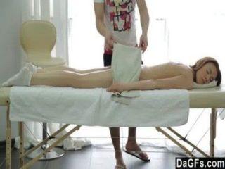 ein perfektes Mädchen auf einem Massagetisch