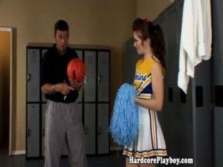 Amateur Teen Cheerleader von Trainer gefickt