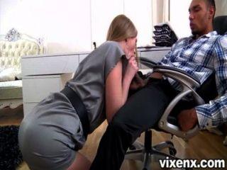 sexy Fuchs blonde Sekretärin milana ihrem Chef zu gefallen