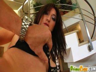 Prime Cups vollbusige echte Teen Babe schüttelt Titten während Muschi ficken