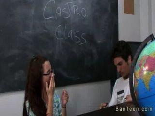 vollbusige Lehrer hilft Paar in Handarbeit in der Klasse