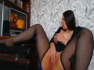 Kurven Mädchen masturbiert, wenn Anschauen von Porno