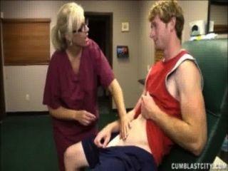 blonde Krankenschwester hat eine cum Dusche