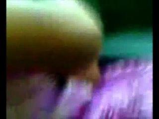 10. std Mädchen im violetten Kleid Titten im Auto gedrückt