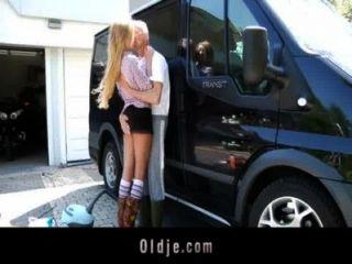 Glück Opa fickt sexy Teenager Blondine in einem van