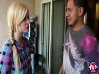 super nette blonde Schönheit charlyse wird von ihrem Stiefbruder gefickt