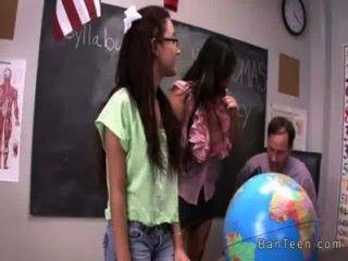 Teenager mit Brille gibt Handjob in Dreier