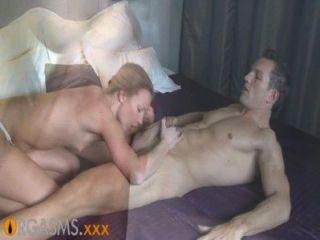 Orgasmen dünne blonde genießt leidenschaftlich Vorspiel und ficken