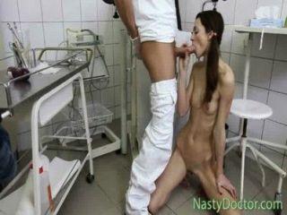 extrem dünnes Mädchen fickt doc