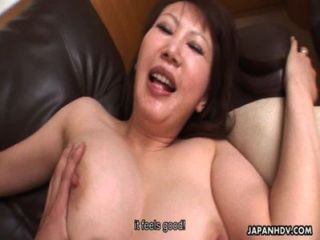 hot japanische MILF mit großen Titten reitet einen harten Schwanz