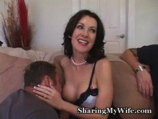 Hausfrau ist schüchtern auf den ersten ...