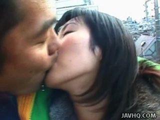 schöne japanische Babe saugt im Freien einen harten Schwanz