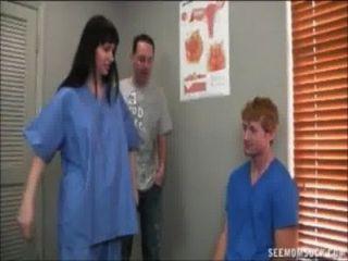 hot Arzt saugt einen großen Boner