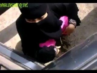 indische muslimische Mädchen in offener Ort pissing