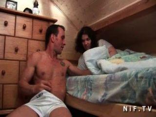 junge Amateur Französisch Schlampe Muschi lecken und Arsch von ihrer Mitbewohnerin gefickt