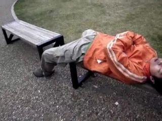 japanisches Spiel mit Schlaf Jungs Schwanz in der Öffentlichkeit