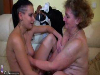 Oma masturbieren mit jungen Paar auf dem Bett oldnanny