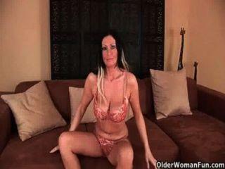 big boobed soccer mom ist liebäugelt ihre reifen Pussy